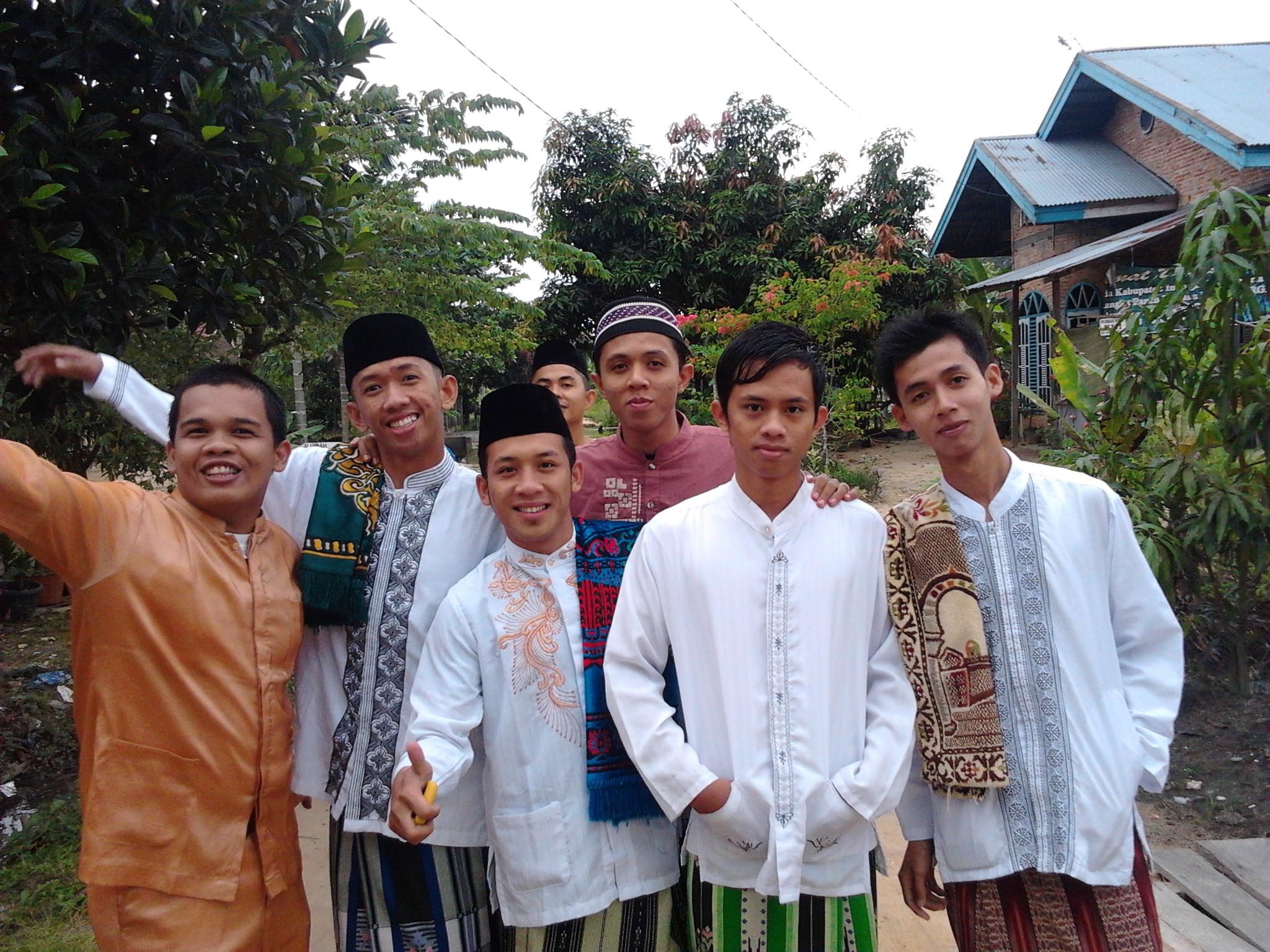 Adhitya dan teman-teman asrama saat lebaran Idul Adha tahu 2011