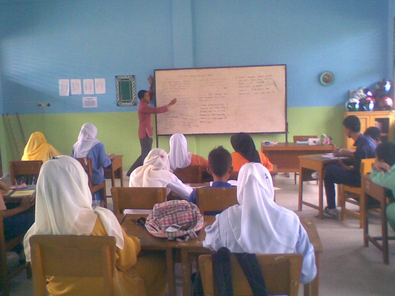 Adhitya saat mengajar mata pelajaran kimia