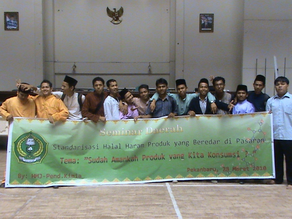 Adhitya bersama teman-teman HMJ PKA seusai seminar halal-haram