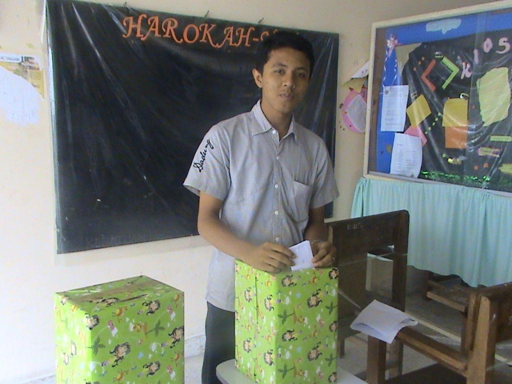 Adhitya di kotak suara saat pemilihan ketua HMJ