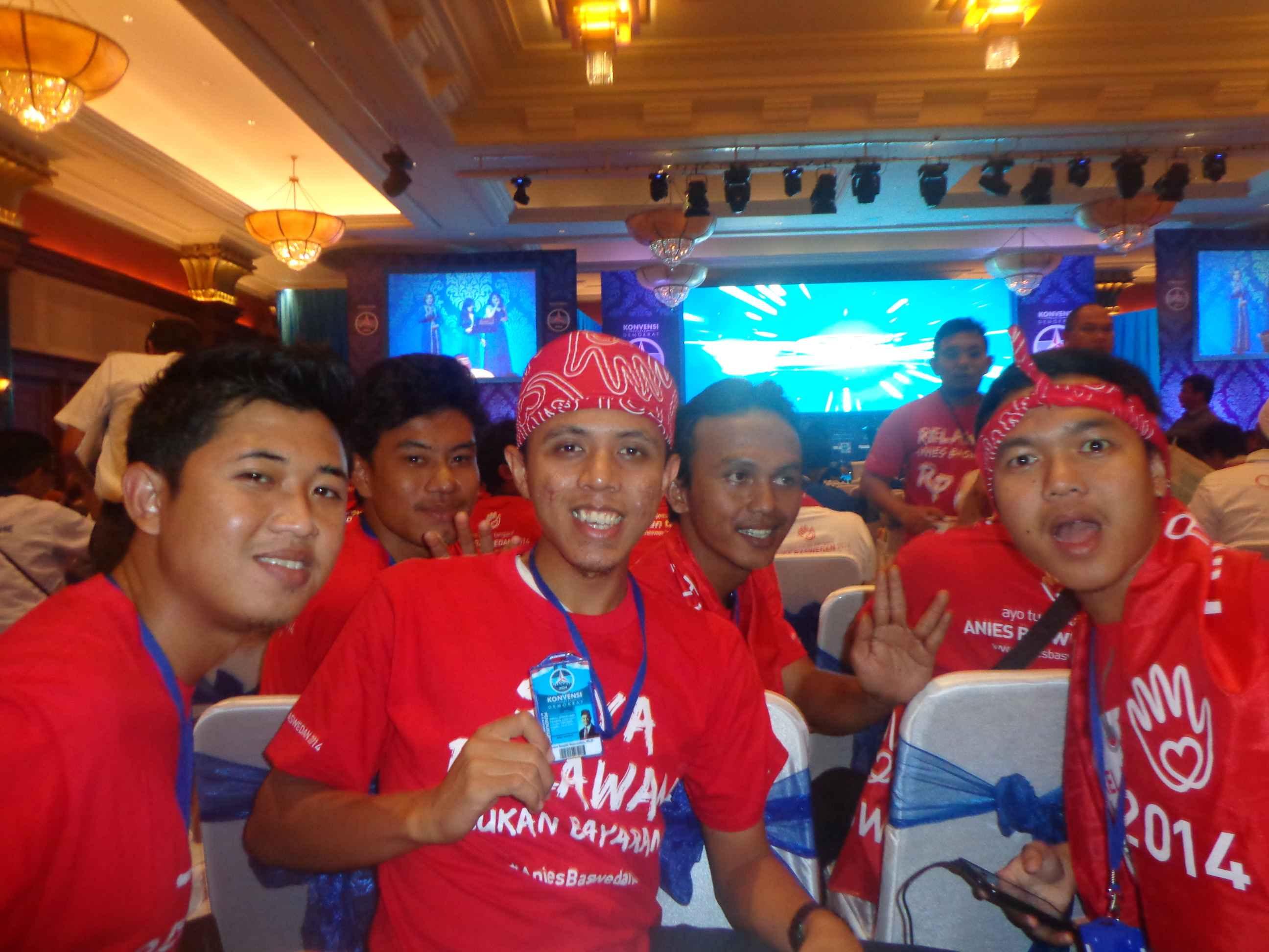 Adhitya bersama teman-teman Turunn Tangan di konvensi partai Demokrat