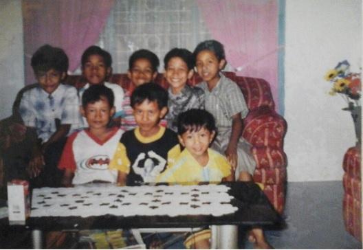 Foto 3: (Dari kiri atas ke kanan atas) Yopie - Fajri - Hilman Shodri - Becky - Adhitya Fernando. Berfoto bersama disekitar tahun 2002 di rumah Adhitya Fernando.