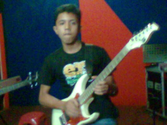 Adhitya Fernando saat latihan band di salah satu studio di Duri