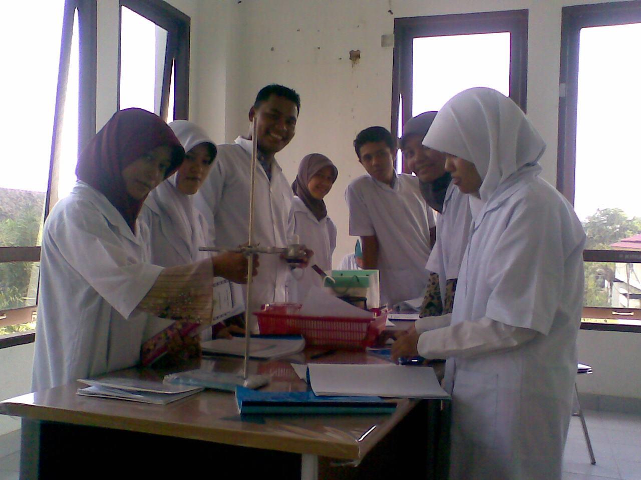 Adhitya dan teman-teman saat praktikum kimia di laboratorium
