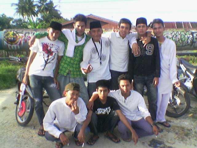 Adhitya bersama teman-teman sekelas di suatu sore