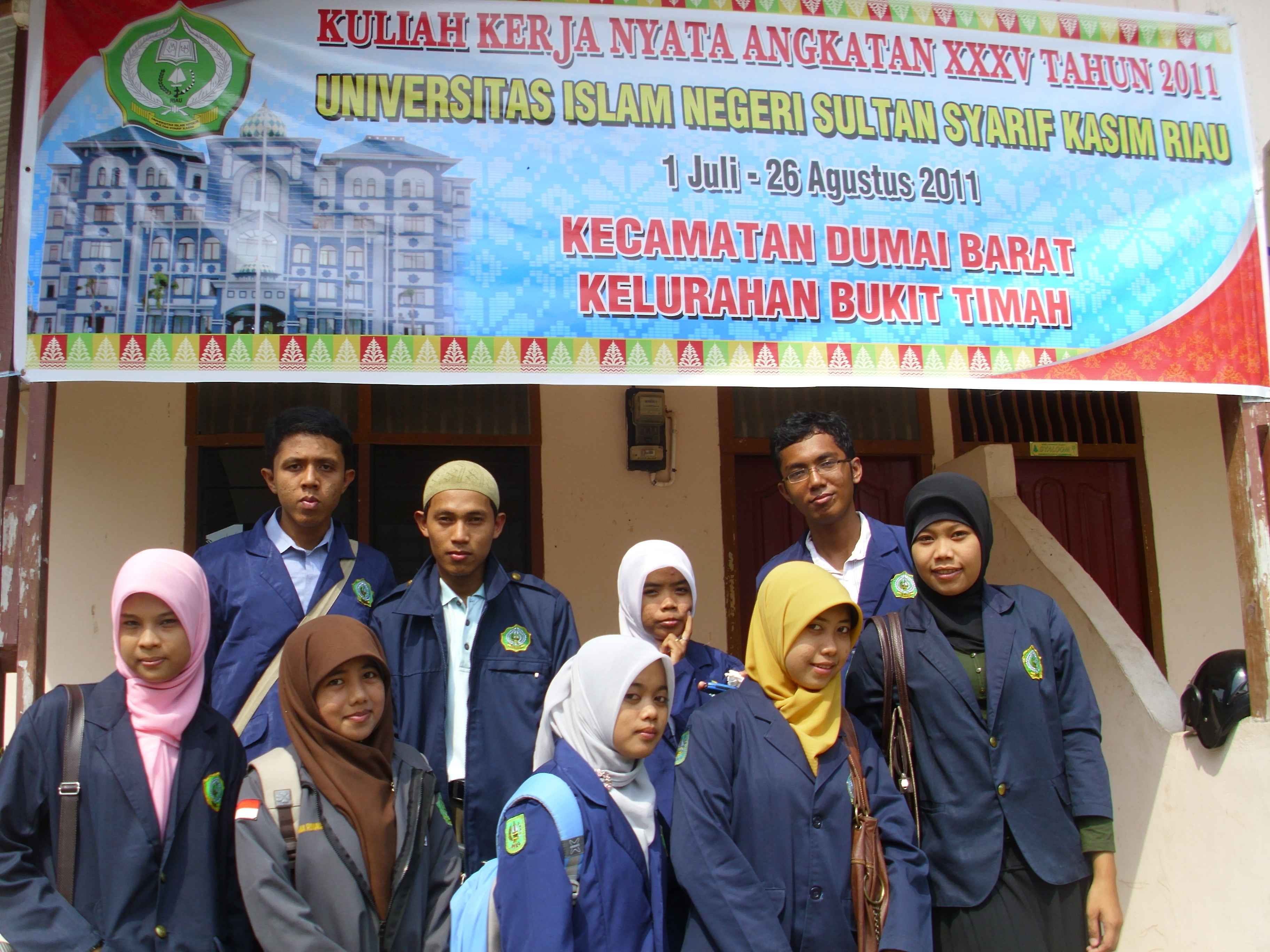 Adhitya bersama teman-teman kelompok KKN di kelurahan Bukit Timah, Dumai Barat