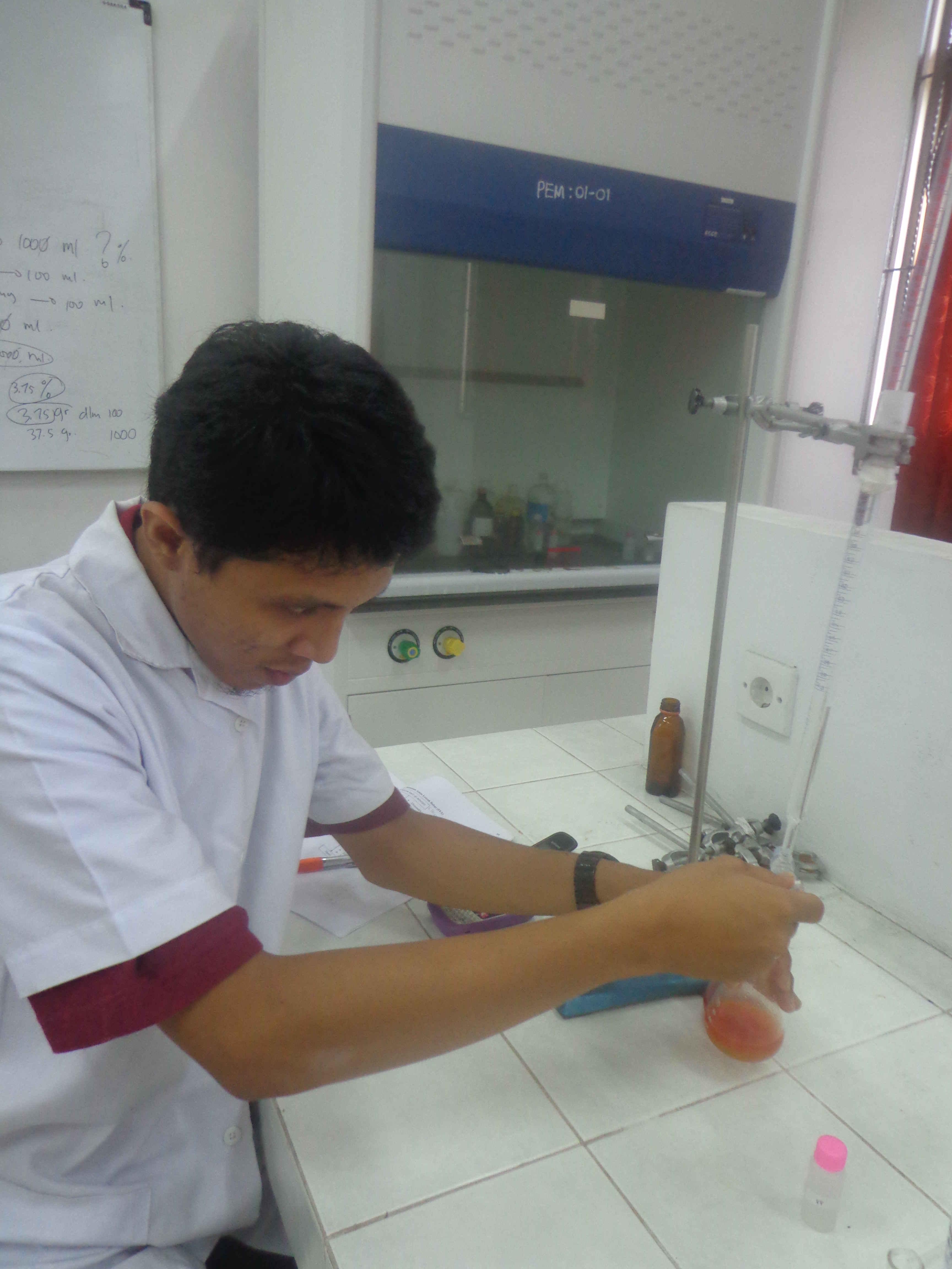 Adhitya saat penelitian tugas akhir di laboratorium PEM Fapertapet UIN Suska Riau