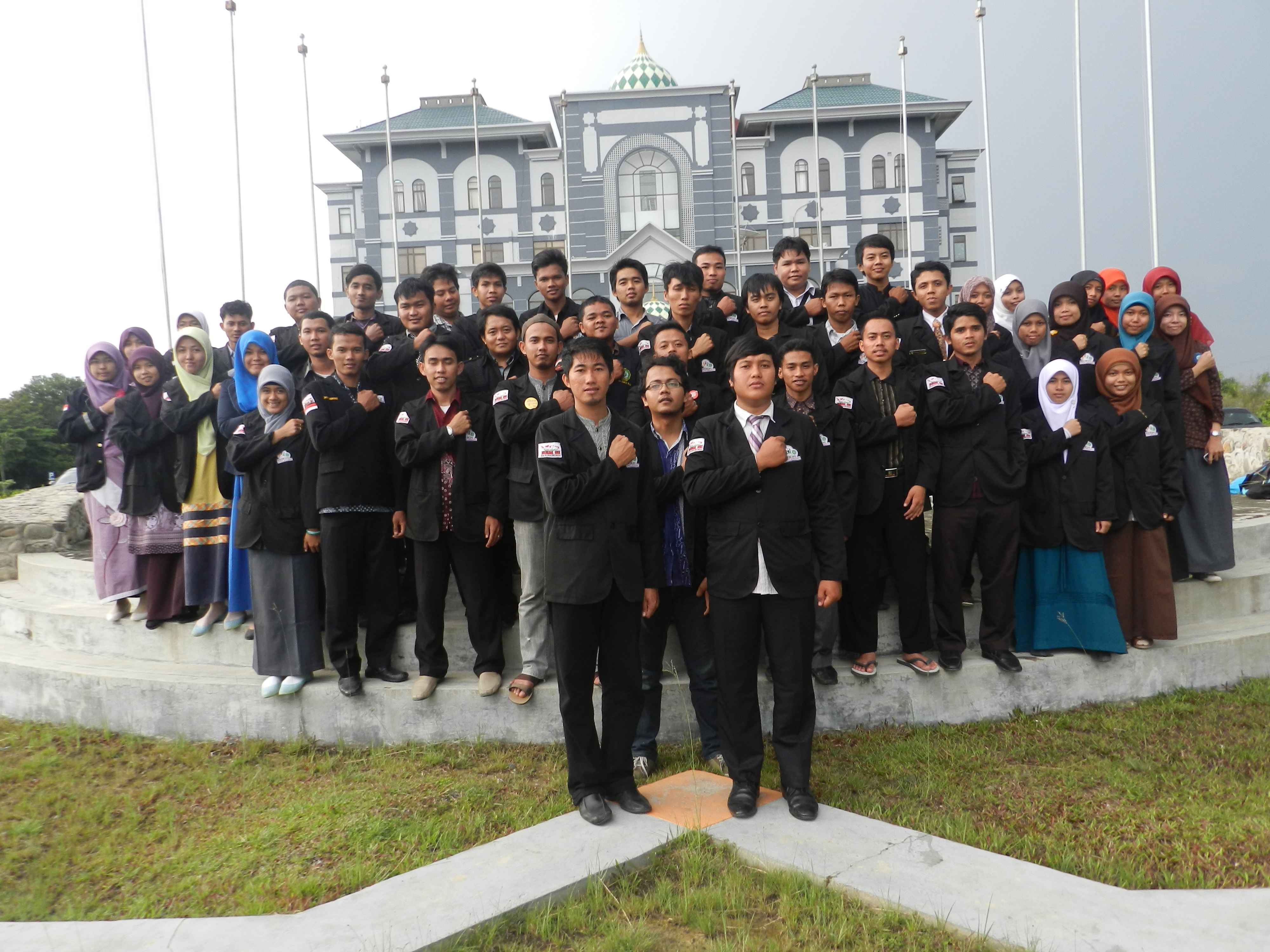 Adhitya bersama teman-temannya pengurus BEM UIN Suska Riau