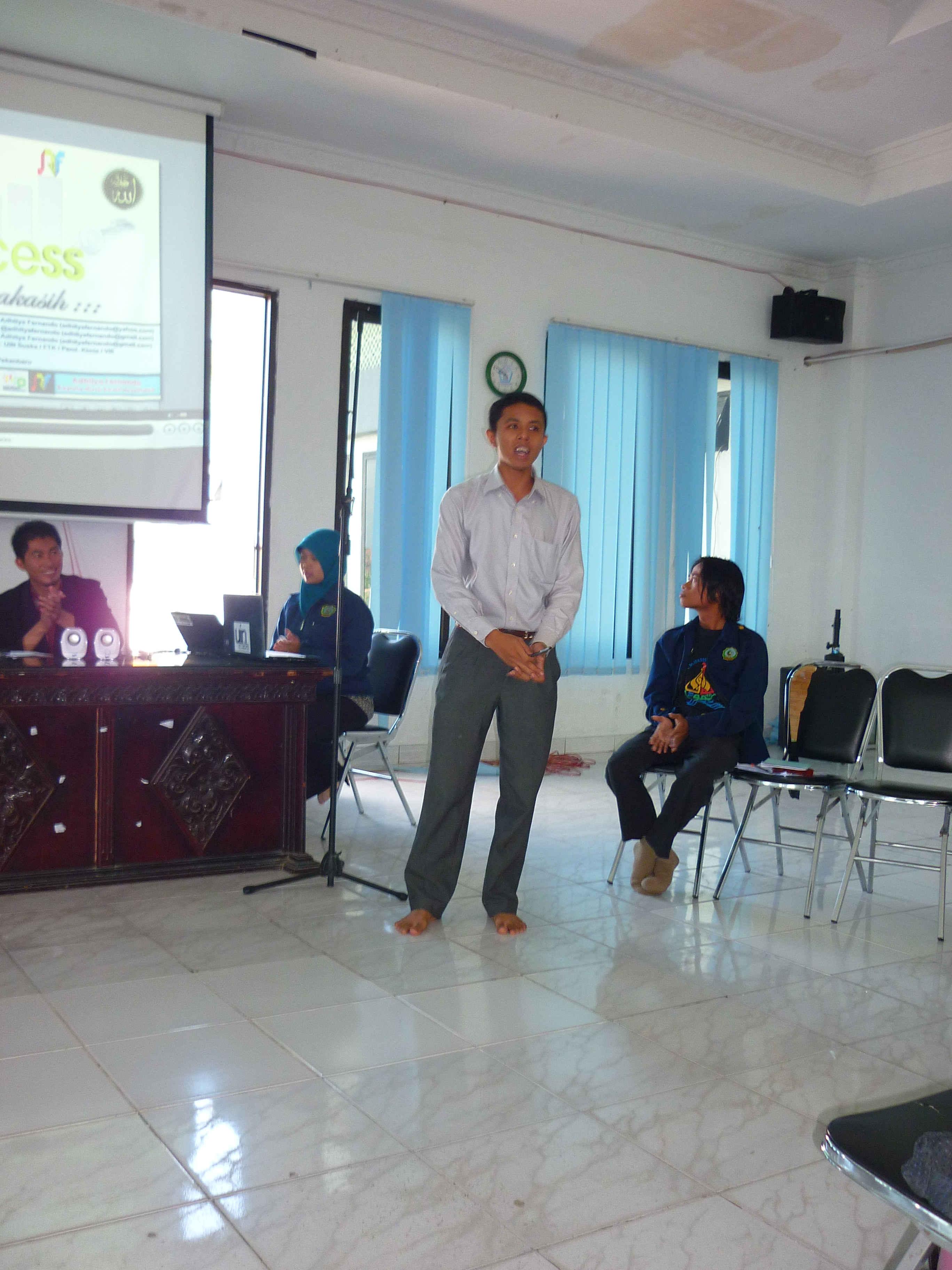Adhitya saat presentasi di rapat BEM
