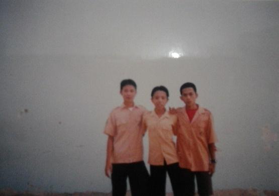 Foto 3: (Kiri ke Kanan) Teddy Surianto - Adhitya Fernando - Tommy Hidayat. Berfoto di belakang salah satu dinding kelas SMP N 3 Mandau.