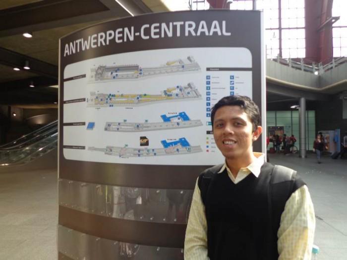 Adhitya saat di kota Antwerp, Belgia