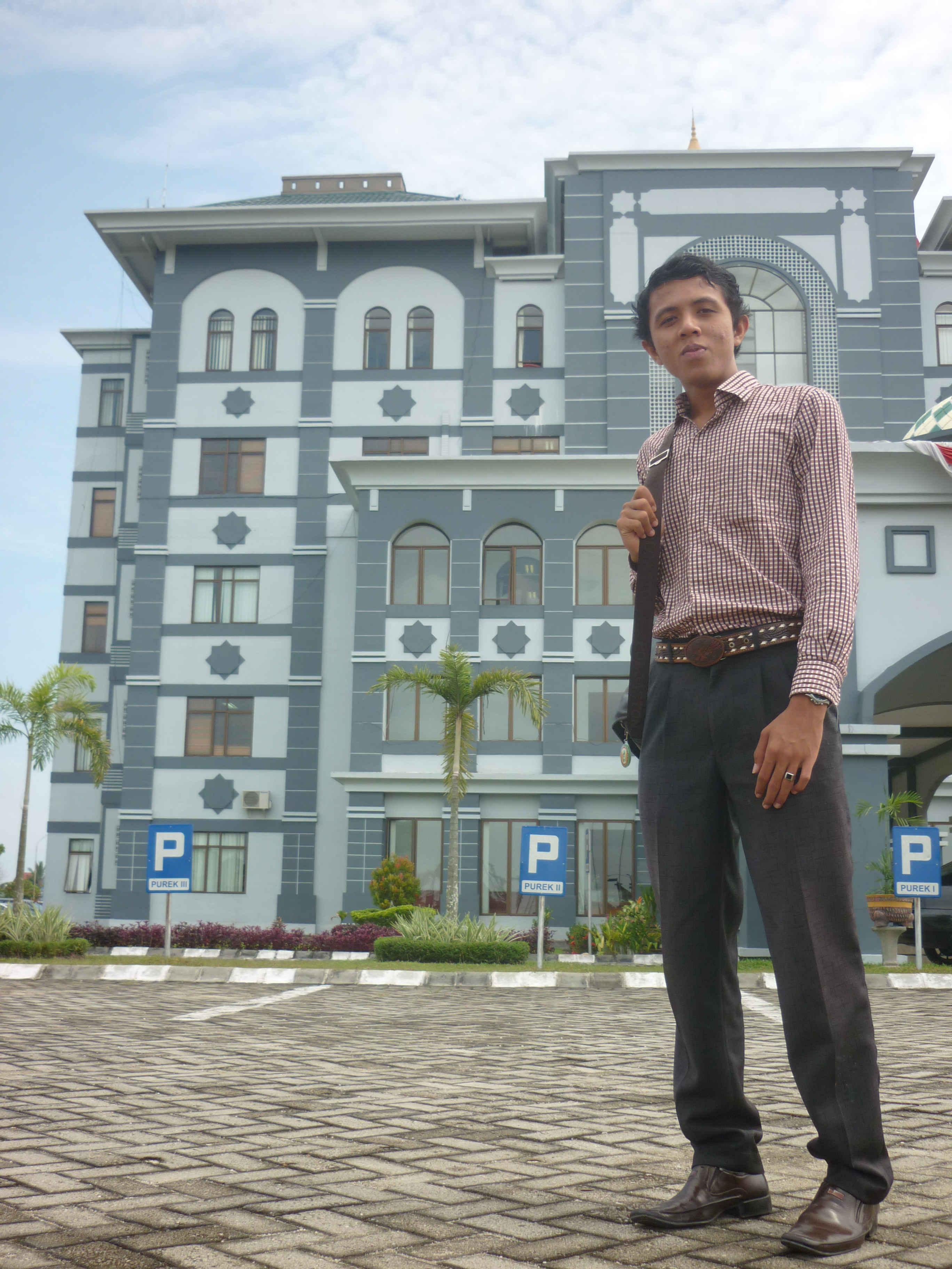 Adhitya di depan gedung rektorat UIN Suska Riau