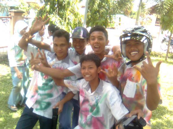 Adhitya bersama teman-teman saat lulus SMA (Tidak untuk ditiru, bukan contoh yang baik)