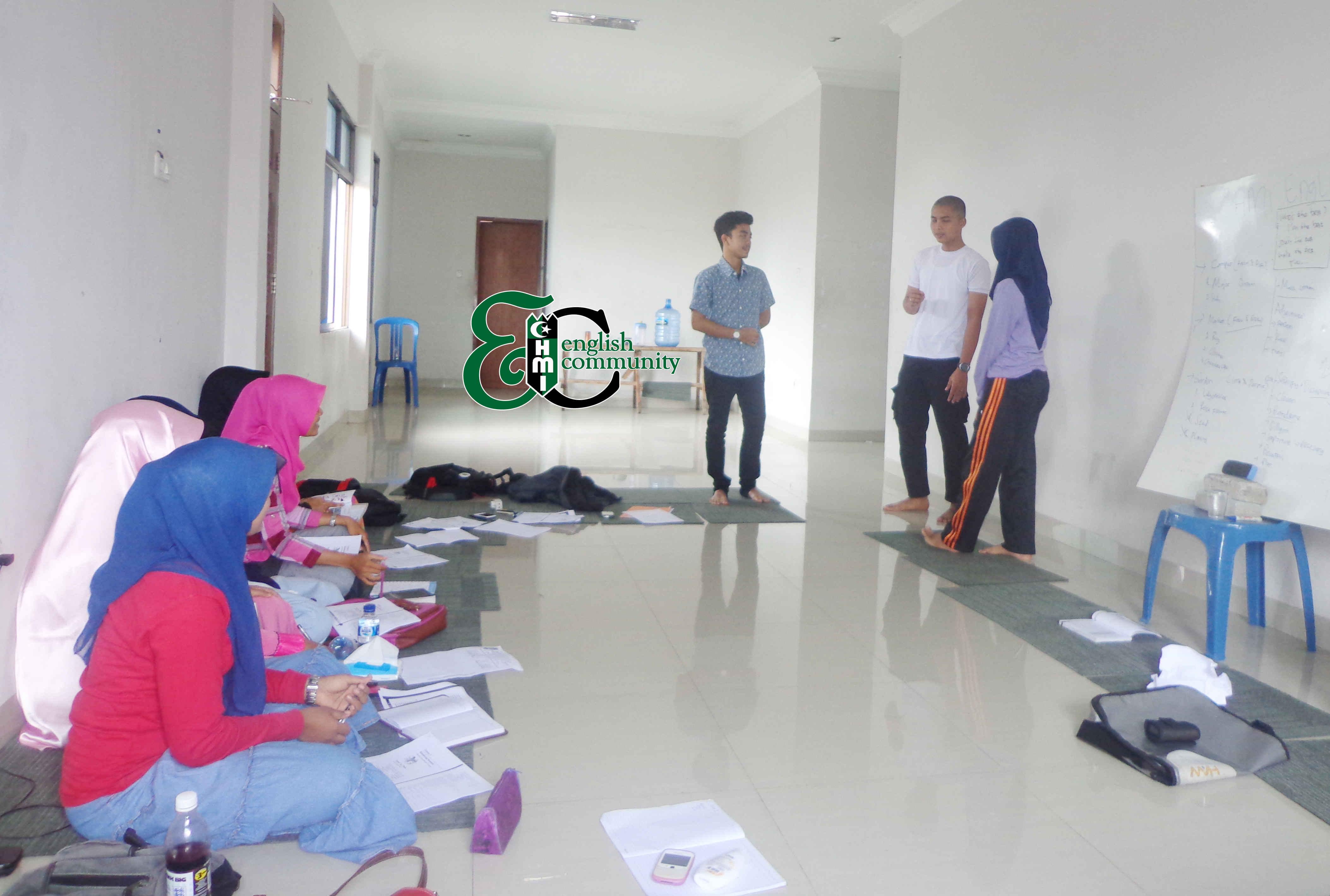 Peserta sedang praktik percakapan bahasa Inggris