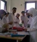 Adhitya bersama teman-teman saat praktikum kimia
