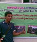 Adhitya di depan spanduk acara PPL