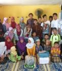 Adhitya bersama teman-teman asrama mengunjungi panti asuhan