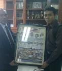 Adhitya memberikan kenang-kenangan kepada rektor UIN Suska Riau